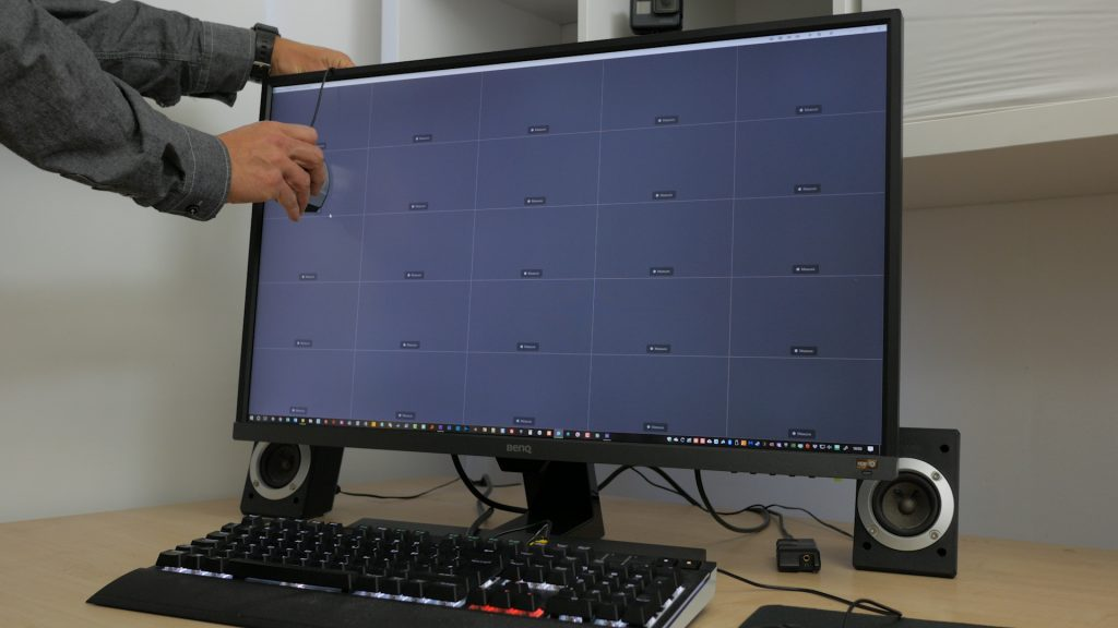 Checking the monitor's uniformity across a 5 x 5 grid